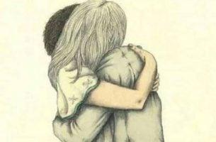Twee mensen die elkaar knuffelen en elkaars onvolmaaktheden aanvaarden
