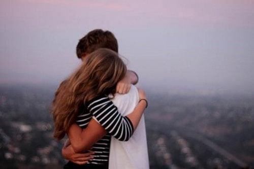 Twee mensen die elkaar innig omhelzen en elkaar vergiffenis schenken