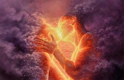 Donderwolken waarin een man en een vrouw te zien zijn die elkaar kussen als voorbeeld van oprechte liefde