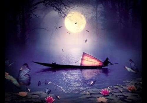 Een man die midden in de nacht zit te vissen op een meer dat vol met lotusbloemen zit