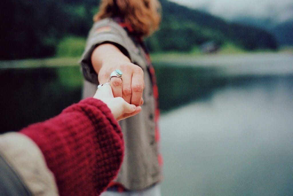 Twee handen die elkaar loslaten als symbool voor de emotionele afstand tussen mensen