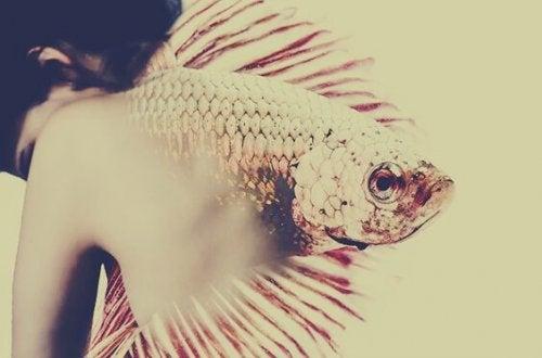 Vrouw wiens rug in een vis verandert