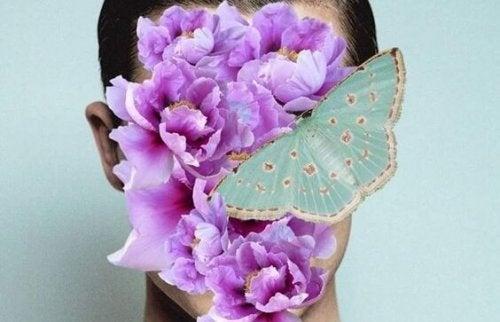 Vrouw wiens gezicht bedekt is met paarse bloemen en een blauwe vlinder