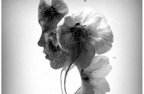 Vrouw die met haar ogen dicht omlaag kijkt en wiens achterhoofd overgaat in bloemen