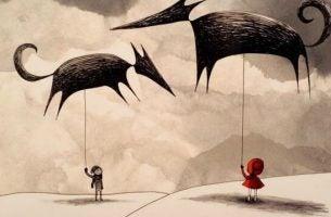 Twee kinderen die met een vlieger in de vorm van twee beesten spelen