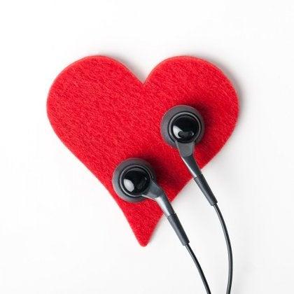 Rood hartje met twee oordopjes erop want je lichaam praat ook