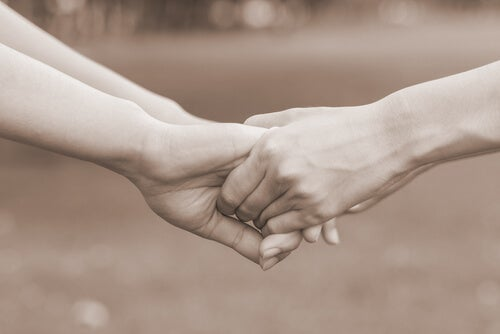 Twee paar handen die elkaar vasthouden en zo aan elkaar vragen, wil je mij liefhebben?