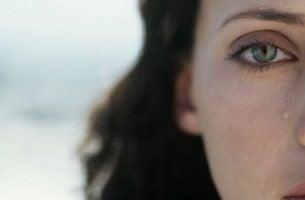 Vrouw die een traan laat vanwege het rouwproces