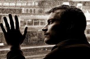 Een man die zijn hoofd en hand tegen het raam gedrukt houdt misschien is hij de meest intelligente man ter wereld