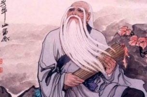 Een oude Chinese man die een rol perkament vasthoudt waarin citaten van Lao Tse geschreven staan