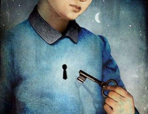 Jongetje dat de sleutel naar zijn hart vasthoudt