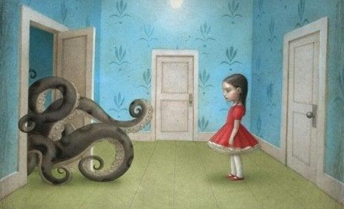 Meisje dat staat te kijken naar een octopus die uit haar kamer probeert te glippen
