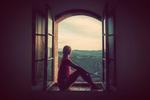 Meisje Dat In Een Raamopening Van Het Uitzicht Zit Te Genieten En Zo Een Lang Leven Zal Leiden