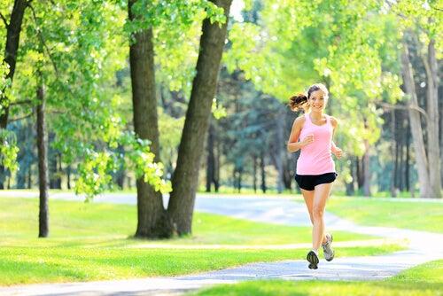 Vrouw die aan het rennen is in het park
