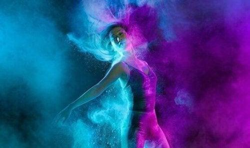 Vrouw die een zeer gepassioneerde dans move maakt