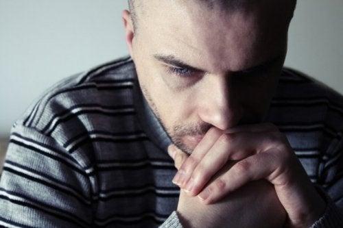 Man die diep zit na te denken omdat hij last heeft van prikkelbare man syndroom