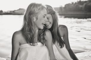 Twee Vriendinnen Die Samen Lachen Want Het Leven Is Goed