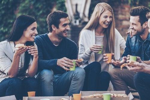 Vrienden die gezellig samen iets zitten te drinken want iemand negeren is gewoon gemeen