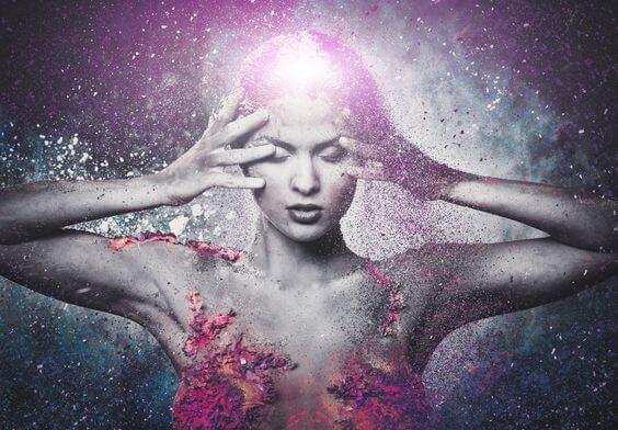 Naakte vrouw die haar ogen dichthoudt en met haar handen haar hoofd aanraakt