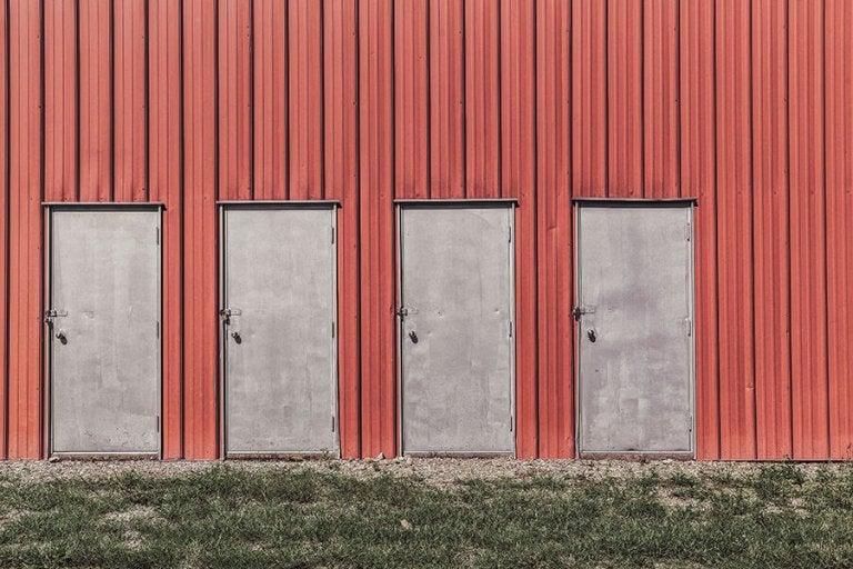 Vier deuren in een rode wand