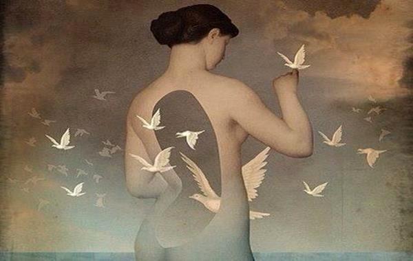 Vrouw met een gat in haar lichaam waar allemaal witte duiven doorheen vliegen