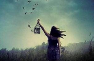 Vrouw Laat Vogels Vrij Uit Hun Kooi In Het Thema Bevrijd Jezelf Van Stress
