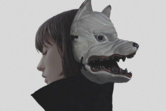 Meisje dat een masker van een wolf op haar achterhoofd heeft