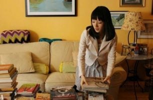 Vrouw die haar huis aan kant brengt door orde en organisatie toe te passen