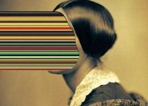 Vrouw wiens gezicht is verandert in allemaal gekleurde strepen
