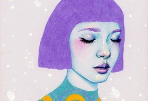 Een meisje met kort paars haar met haar ogen dicht