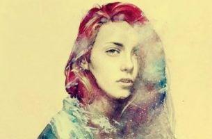 Meisje met rood en blauw haar dat een intimiderende persoonlijkheid lijkt te hebben
