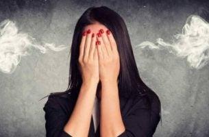 Vrouw bij wie er stoom uit haar oren komt omdat ze zo woedend is want we kunnen ziek worden van woede