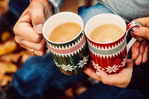 Twee kerstbekers koffie