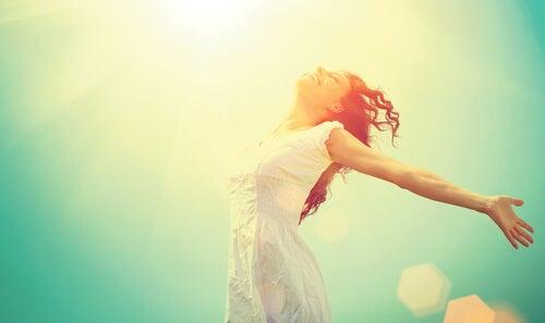 Vrouw die geniet van de zon en weet wat geluk is