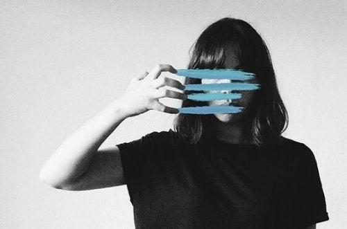 Meisje dat door haar gezicht krast zodat haar gezicht niet goed te herkennen is als voorbeeld van prosopagnosie