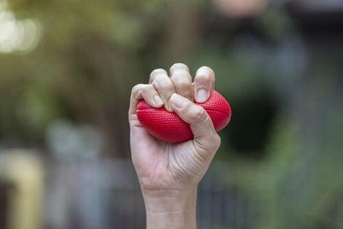 Hand die een stressballetje vasthoudt want dat kan helpen wanneer je emoties je overweldigen