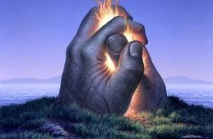 Twee handen in elkaar waar vlammen tussenuit komen