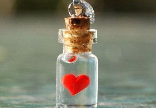 Klein flesje met een hartje erin want je kunt depressie voorkomen met liefde