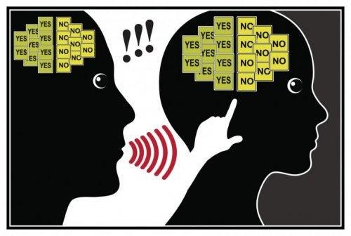 Twee hoofden waarin ja nee voortdurend herhaald wordt als voorbeeld van gaslighting