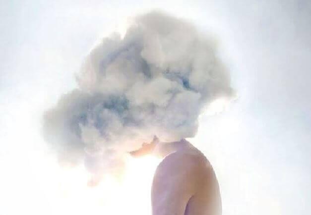 Een hoofd dat in de wolken zit
