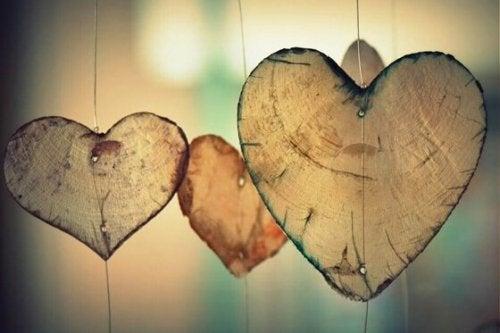 Houten hartjes als symbool voor slapende liefde.