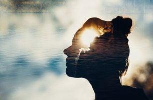 Vrouw luistert naar haar intuïtie als voorbeeld van wat intuïtieve mensen anders doen