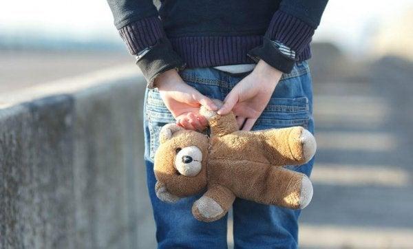 Slachtoffer van kindermisbruik houdt teddybeer vast