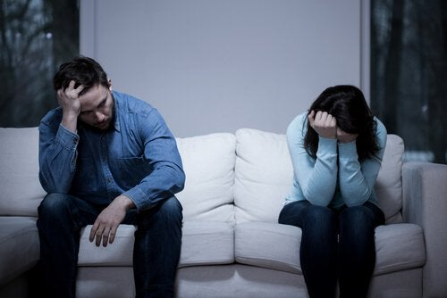Twee mensen die boos naast elkaar op de bank zitten omdat ze ruzie hadden doordat ze niet wisten van de 90/10 regel