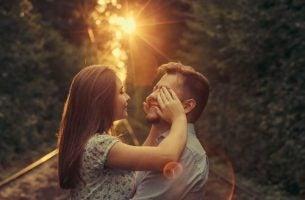 Twee verliefde mensen want liefde is meer dan alleen genegenheid