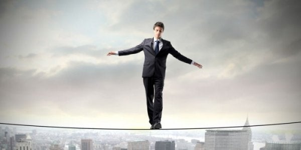 Man die heel hoog op een evenwichtskoord loopt