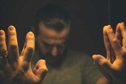 Man die overstuur voor de spiegel staat als gevolg van zijn verslaving aan benzodiazepinen