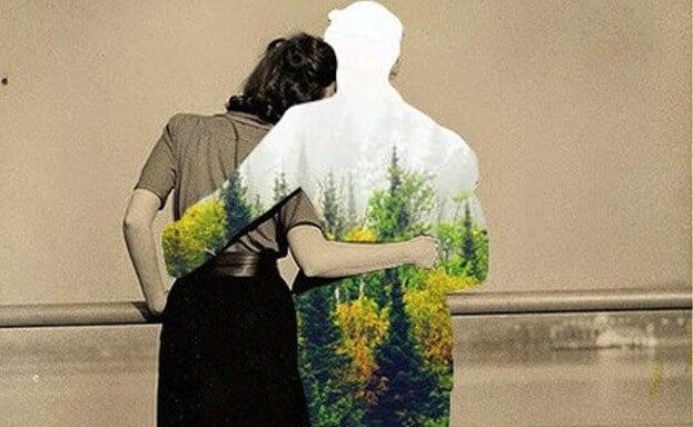 Man en een vrouw die elkaar omhelzen vanwege hun constante vriendschap. De vrouw is grijs en de man gekleurd.