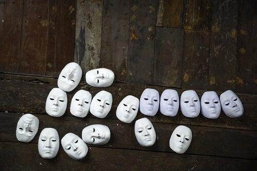 Allemaal witte maskers van gezichten die moeilijk te herkennen zijn als voorbeeld van prosopagnosie