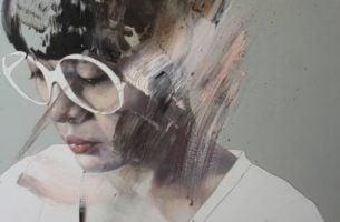 Meisje met een witte bril dat graag een goede mentale gezondheid zou willen hebben